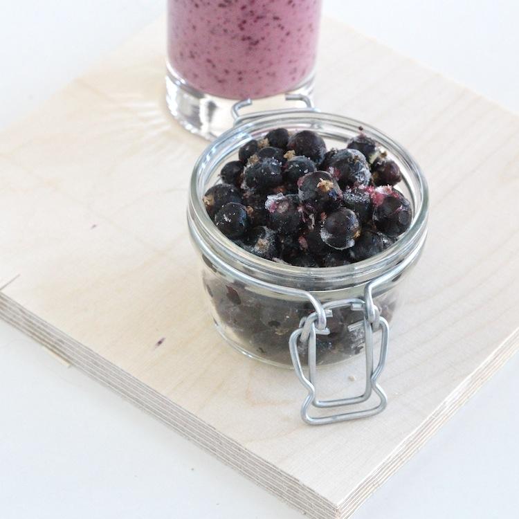 blackcurrantsmoothie_smoothie_superfood_fruits_rawfood_yellowmood 1