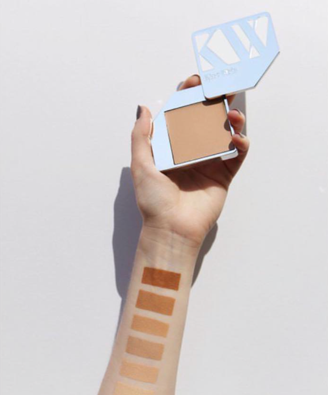 Luonnonkosmetiikan meikkivoideopas – kuinka valita sopiva?