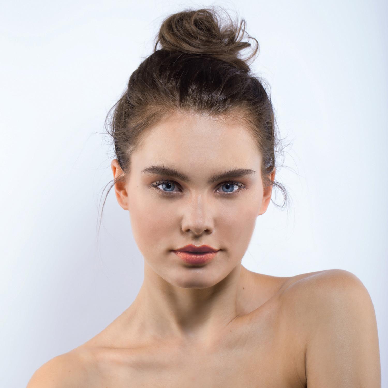 AMIRIA lipstick model