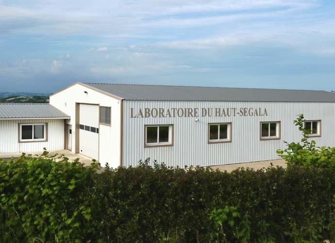 Laboratoire du Haut-Ségalan tehdas ranskalaisissa maalaismaisemissa.